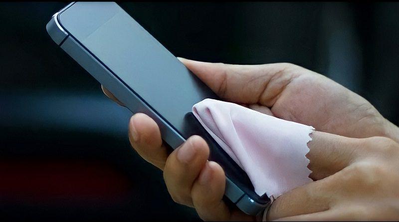 4 Cara Membersihkan Layar Handphone saat Pandemi