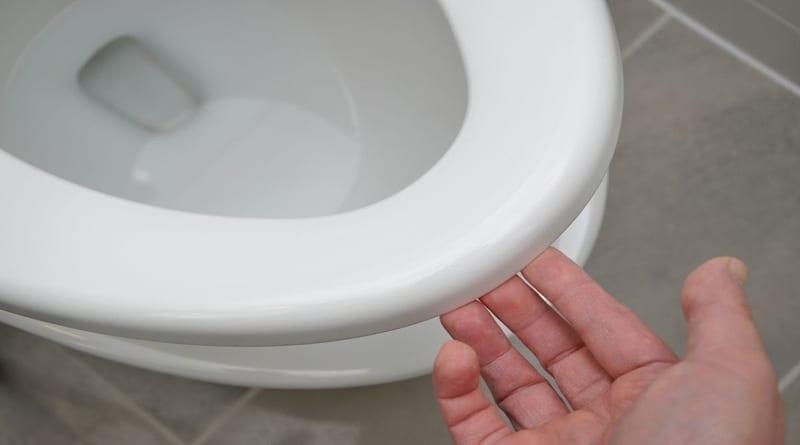 cara membersihkan dudukan toilet