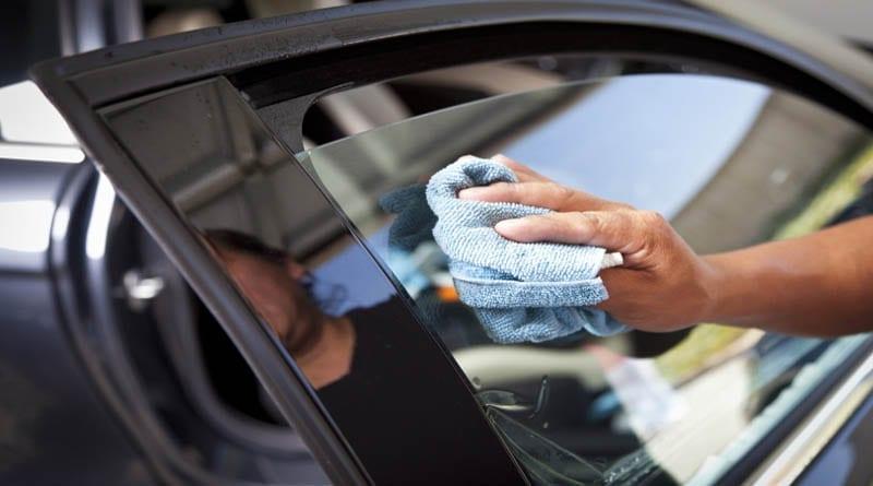 trik membersihkan kaca mobil